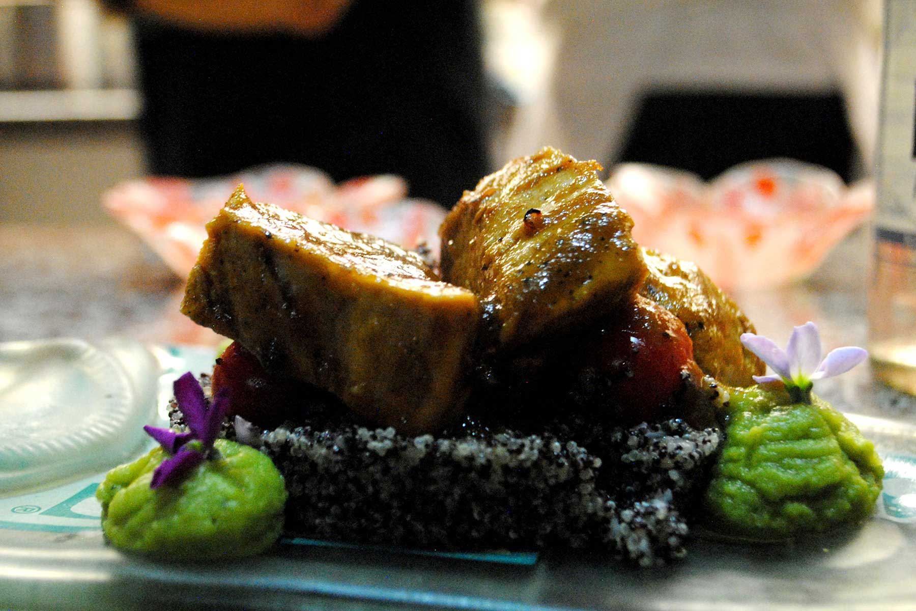 Lomo de cerdo marinado con chicha de Amati, bebida de Amaranto.