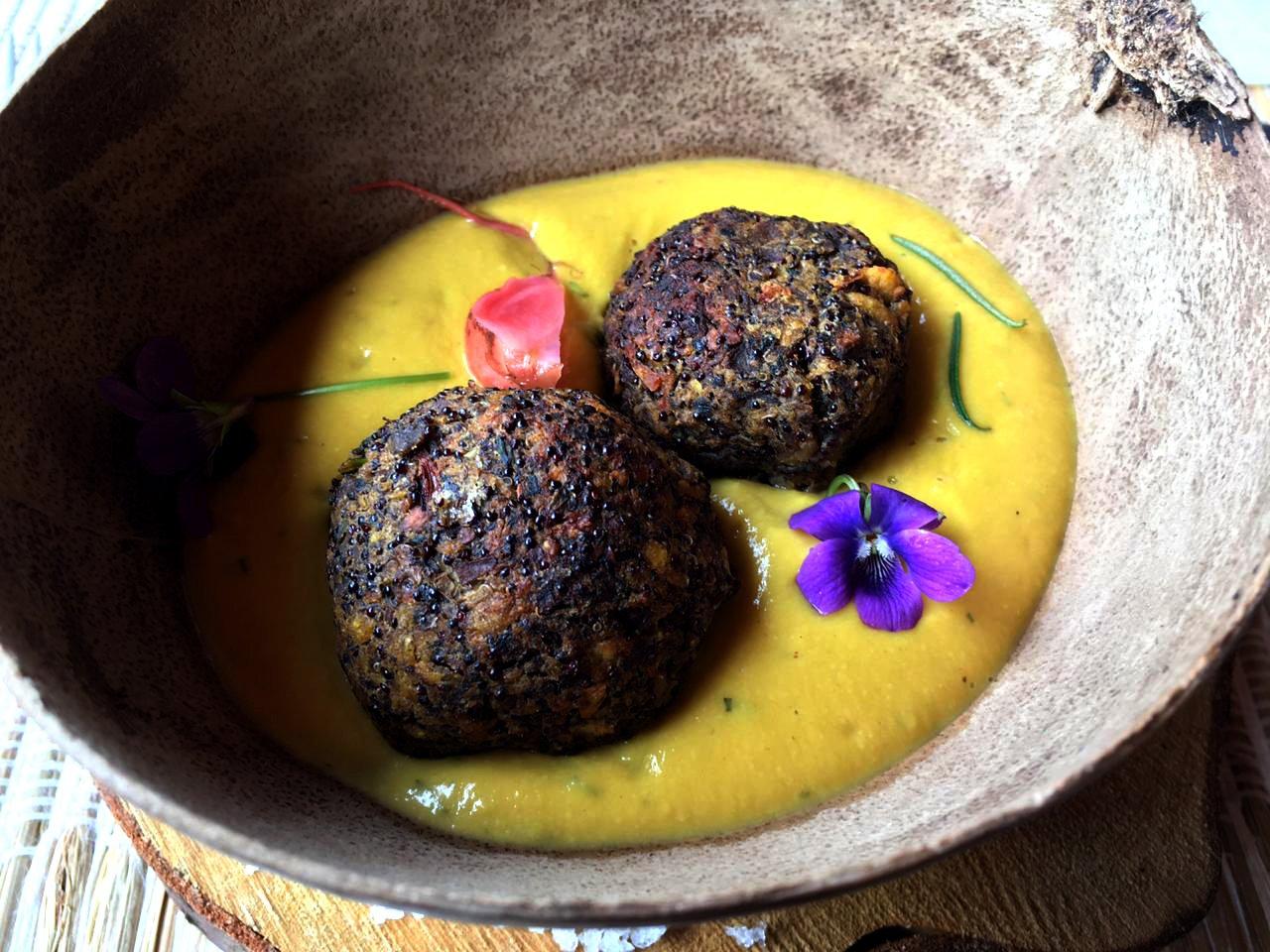 Bolón de portobellos y amaranto negro relleno de camarón en salsa de zapallo al coco con Amati (bebida de amaranto con maracuyá y uvilla)